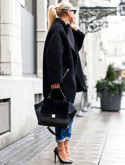 Manteau en shearling oversize + denim roulotté sur la cheville + escarpins noirs = le bon mix