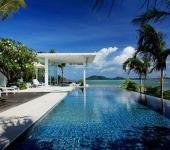 Villa de luxe avec splendide vue sur l'eau turquoise à partir de la piscine extérieure