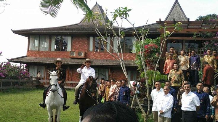 Senyum tak lepas dari bibir Presiden Joko Widodo, siang tadi, ketika menunggang kuda putih. Penampilannya benar-benar beda, apalagi mengenakan topi koboi.
