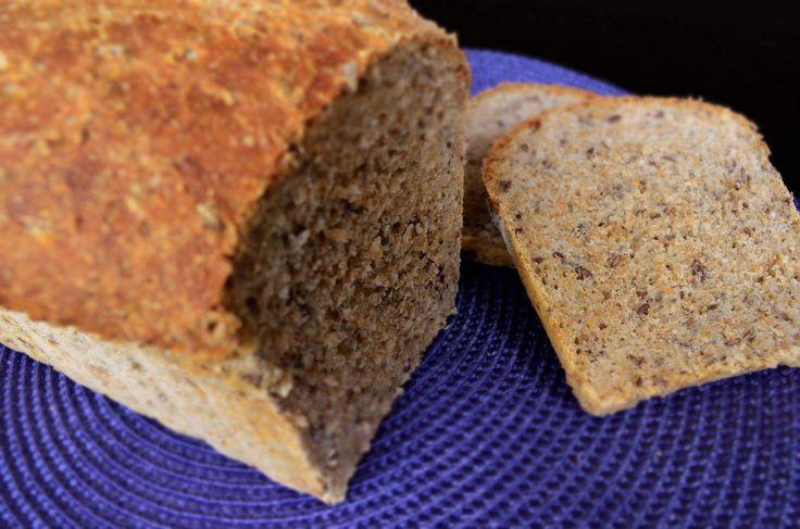 Paine din faina integrala cu seminte de in si seminte de chia. Foarte buna pentru digestie!