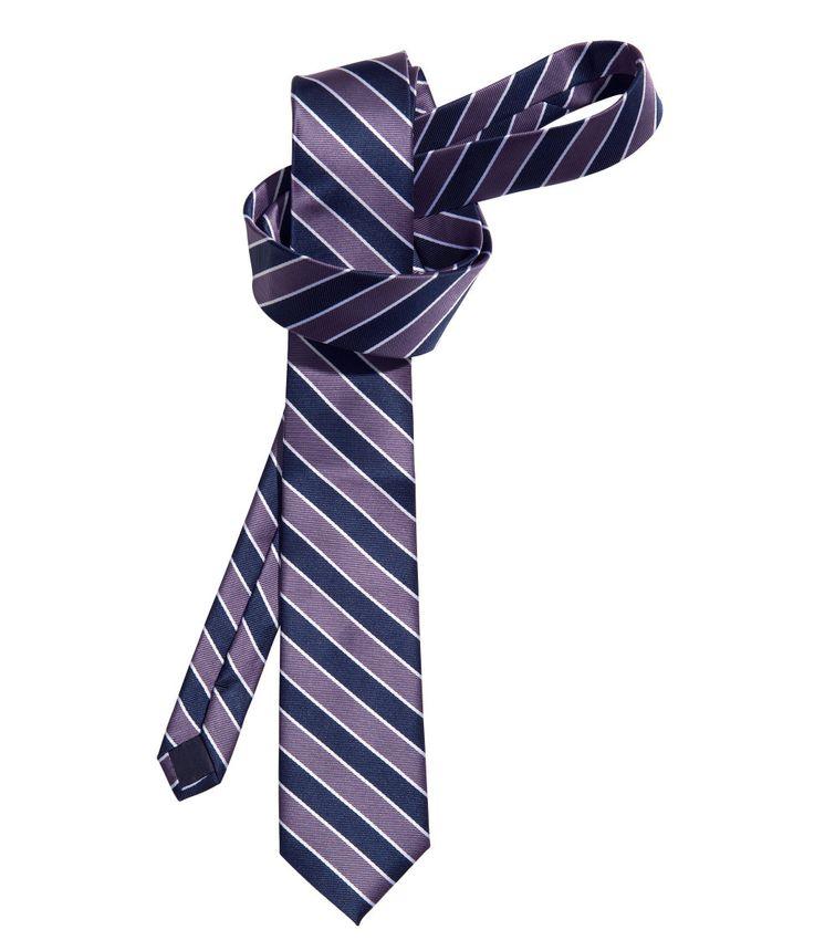 La corbata es una parte esencial en los hombres ya que hay que saber combinarla según que tipos de trajes para caballeros elijan.