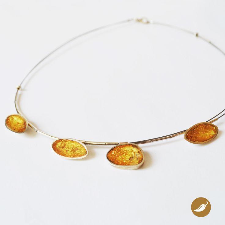 Collar de plata con cuentas en plata, resina y oro. Diseño de Monoco para tienda Ají, Diseño Imprescindible. www.tiendaaji.cl