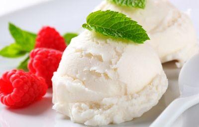 Il gelato allo yogurt è l'ideale per una colazione o una merenda sana, leggera e nutriente. Il suo gusto fresco è leggero sarà apprezzato anche dai più piccoli e per renderlo ancora più gustoso può essere arricchito con della frutta fresca e dei cereali. Preparare a casa un delizioso gelato allo yogurt è veramente semplice e veloce.
