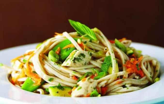 Cette rafraichissante salade de poulet est parfaite pour les pique-niques et les fêtes de barbecue. | Le Poulet du Québec