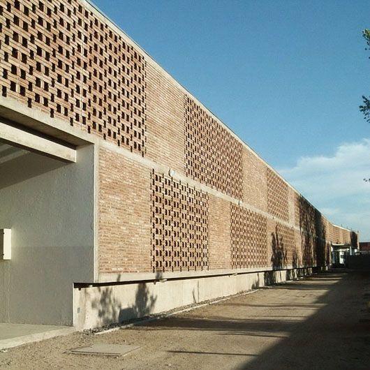 Ladrillo o block de cemento usado al estilo ladrillo para permeabilizar la fachada. Mas representacion de la fachada perforada.