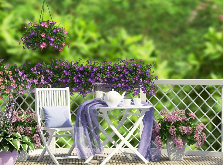 Se lo spazio è più grande, cercate di creare aree ben distinte: una per trascorrere piacevoli momenti al sole e un'area ombreggiata da dedicare alla lettura o al pranzo.