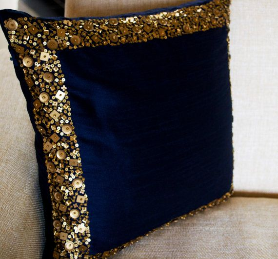 Almohada azul marino con la frontera de lentejuelas oro