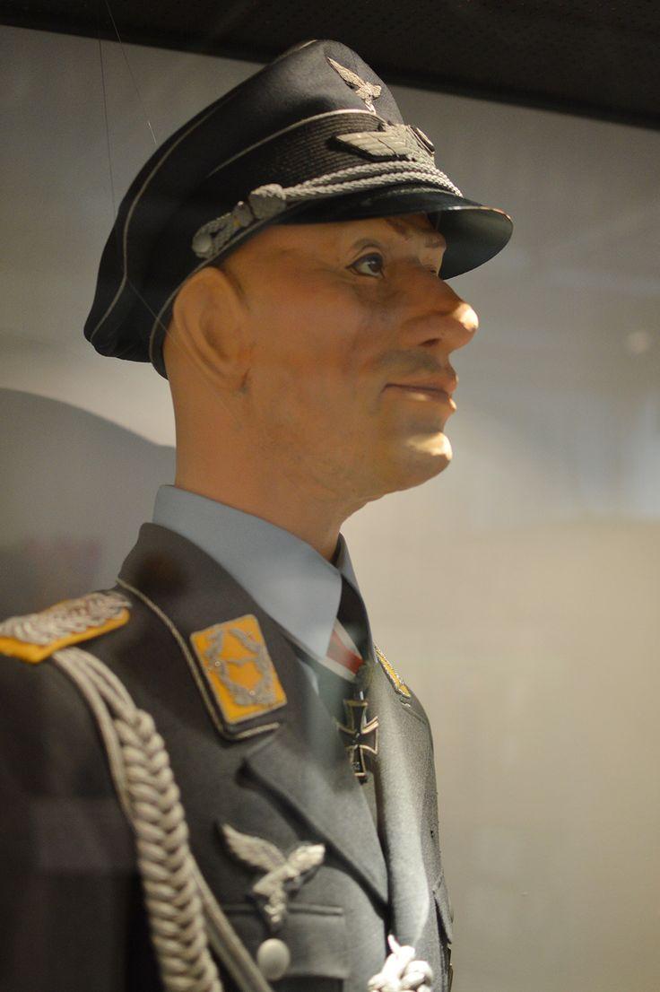 Näyttelyssä esillä oleva nukke esittää Saksan ilmavoimien hävittäjälentäjämajuria paraatipuvussaan. Kaulassaan hänellä on Saksan Rautaristin ritariristi tammenlehvillä. Luuppi, Oulu (Finland)