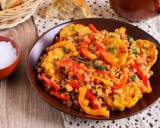 Salade de lentilles corail coupe-faim aux poivrons Croq'Kilos : http://www.fourchette-et-bikini.fr/recettes/recettes-minceur/salade-de-lentilles-corail-coupe-faim-aux-poivrons-croqkilos.html