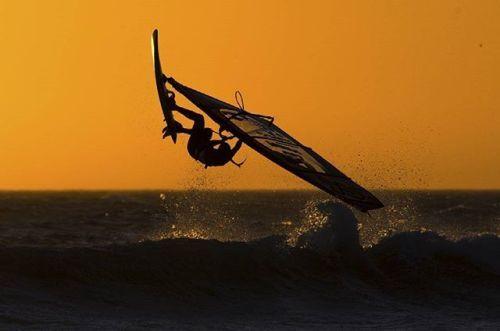 Nikon 100th Anniversary: 100 anni di storie Il fotografo di sport estremi Kirill Umrikhin ama catturare i momenti di luce e illusione. Il surfista in questa foto cavalcava le onde al tramonto e Kirill riuscì a catturare lo spirito e l'atmosfera del momento in un singolo scatto. Kirill Umrikhin con #D4  AF-S NIKKOR 300mm f/2.8G ED VR II #Nikon100 #nikonitalia #iamdifferent #nikoncentoanni #surf #surfer #suerfista #sport #mare #foto #fotografo #tramonto #luce #atmosfera via Nikon on Instagram…