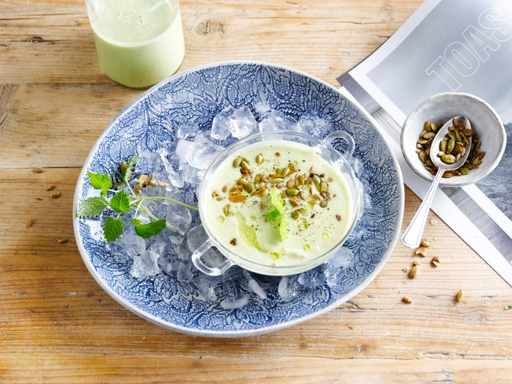 Frisse, koude soep met Alpro plantaardige variatie op yoghurt naturel.
