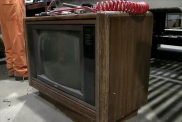 Сотрудница завода по утилизации нашла $100 000 в старом телевизоре http://joinfo.ua/inworld/1198213_Sotrudnitsa-zavoda-utilizatsii-nashla-100-000.html  Работница расположенного в Онтарио завода по утилизации старой техники обнаружила 100 тысяч долларов наличными, когда начала разбирать старый телевизор.Сотрудница завода по утилизации нашла $100 000 в старом телевизоре, читайте...