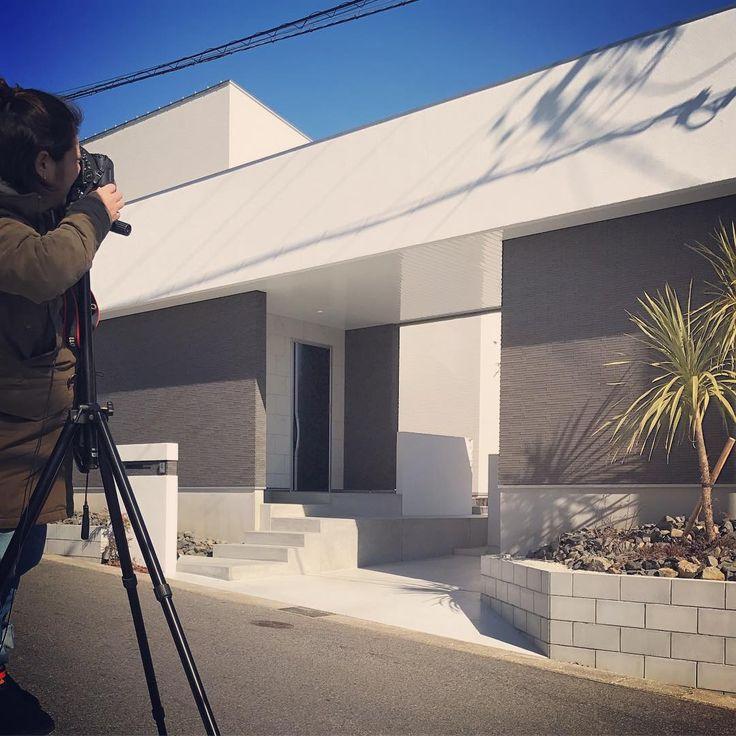 今日も撮影でした。 美術館のような外観。 青空に白い外壁のコントラストが美しかったです。 ご協力いただいたお施主様、ありがとうございました! #撮影#注文住宅 #マイホーム #新築 #塗り壁 #タイル #arbo