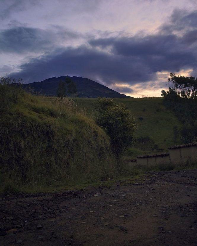 A warm sunset shows us the countryside roads on the outskirts of #Pasto city. In the background the #Galeras #Volcano waits gently.  Un cálido atardecer nos muestra los caminos rurales en las afueras de la ciudad de Pasto. En el fondo el volcán Galeras espera apacible.       @idpacifico @idcolombia @idlatino @pasto_narino_colombia @narinoturismo @waycorigen @pasto_narino @turismonarino @yo.soy.pasto @turismopasto @estoespasto @lauralloyd_e @gobernaciondenarino @greatcolombia…