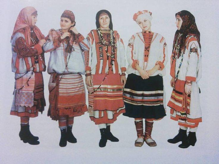 Tatali Dmitrieva:  #айшет, #ашшет (юж.удм.), #атӵет (центр. удм.), #азькышет (сев. удм.) - фартук. Всё разнообразие фартуков северных удмурток #нижнечепецкиеудмурты Фартуки шились без грудки, для девушек из домотканины в полоску, для женщин из покупной ткани, по краю - яркая оборка в тон или контрастная. Особенность ношения: фартук подвязывался на бедрах, при этом верхний кафтан слегка приподнимали, чтобы создать объём. Худые женщины были явно не в почёте Фото: С. Х. Лебедева Удмуртская нар