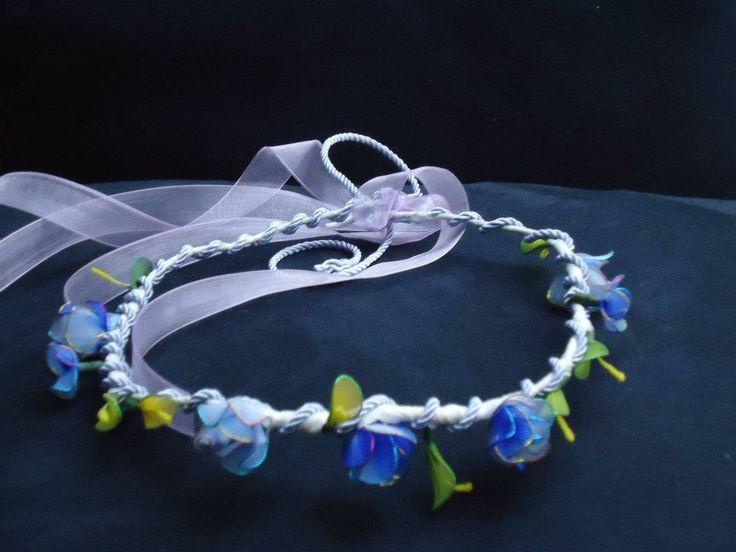 Coroncina fatta a mano con fiori azzurri e foglioline in filanca setata e tulle per cerimonie e occorrenze speciali