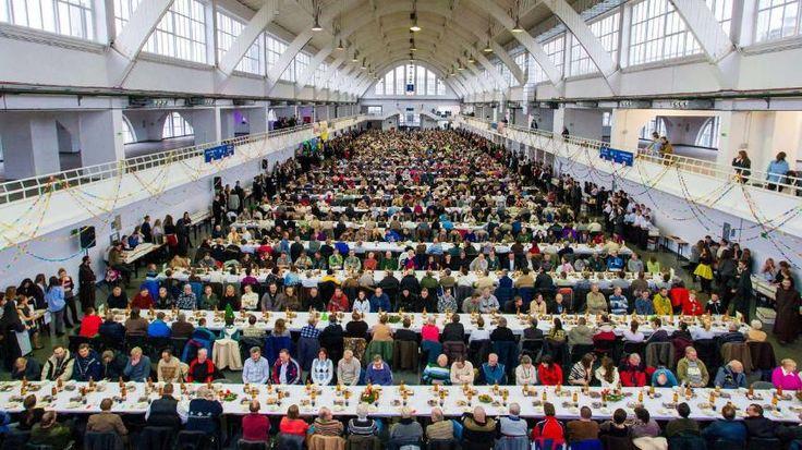 Eine warme Mahlzeit an #Heiligabend:Im polnischen Posen serviert #Caritas ca.1800 homeless+poor ones ein Gratis-Essen