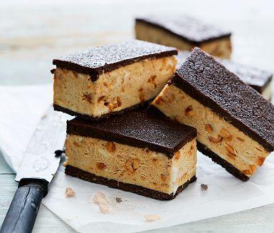 En hemgjord glassandwich är perfekt att ha på fikalut i frysen! Ta genvägen via färdig vaniljglass som du smaksätter med jordnötssmör och kanderade jordnötter. Lägg mellan två lager tunn chokladkaka, frys och skär i bitar. Det kan vara det godaste du har ätit.