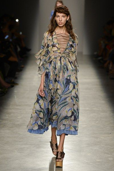 View the complete Rochas Spring 2017 collection from Paris Fashion Week.