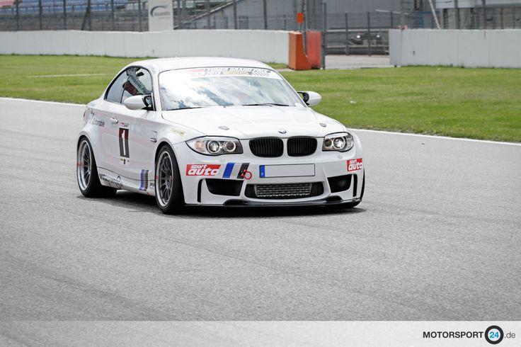Weißes BMW 1M Coupé fährt auf dem Hockenheim Ring