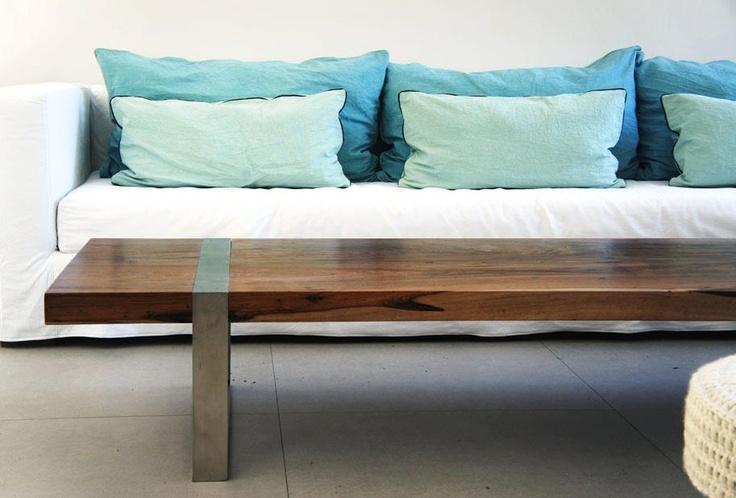 sillon en blanco y azules, mesa ratona de madera y hierro by Maria rusconi