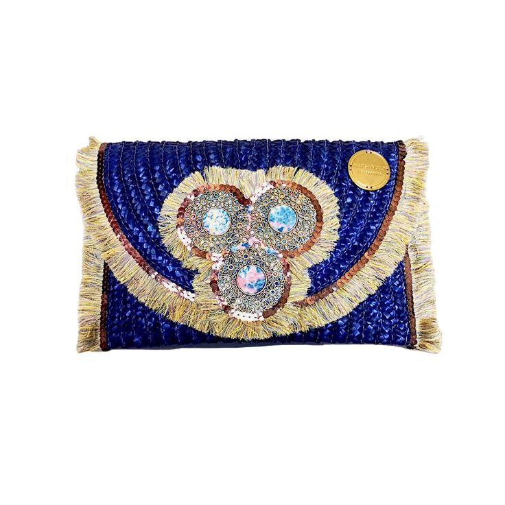 Clutch em palha de centeio,exclusiva e personalizadas com galão de franjas,lantejoulas e aplicações douradas.Interior com forro.Fecha com