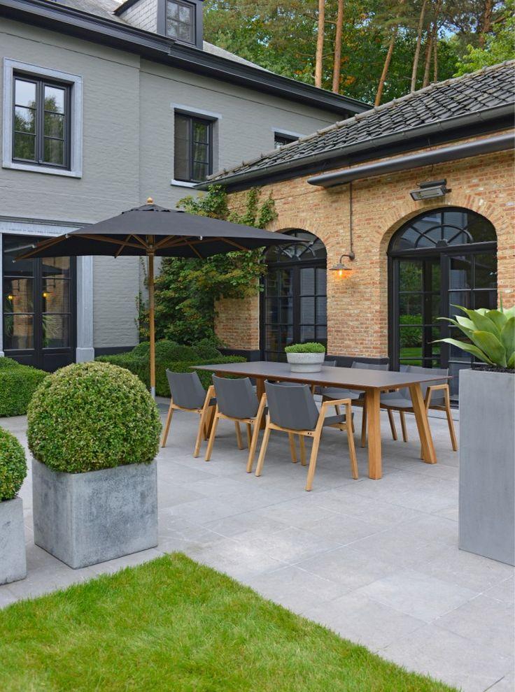 Kolekcja Chios firmy Borek to projekt Marcela Wolternicka, który cechuje przede wszystkim: lekkość formy, ciekawe połączenie materiałów i najwyższa jakość wykonania. Wykonane z drewna tekowego oraz aluminium malowanego proszkowo meble przykuwają wzrok, a dzięki możliwości zastosowania poduszek pokrytych materiałem Sunbrella®, zapewniają wysoki komfort. Stoły posiadają blaty wykonane ze specjalnie opracowanego laminatu HPL Compact Sheets.