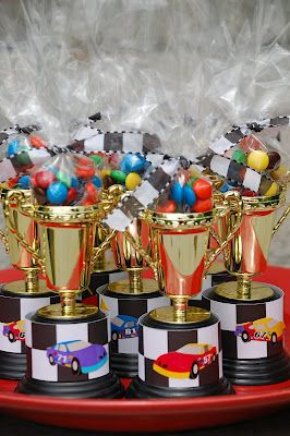Pinewood Derby Awards. Trophy race car party favors, dollar tree has little trophies                                                                                                                                                                                 Más