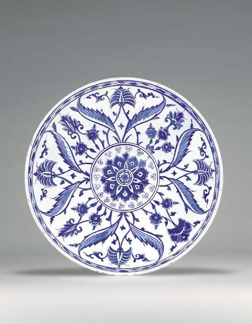 AN IZNIK BLUE AND WHITE POTTERY DISH OTTOMAN TURKEY, CIRCA 1560