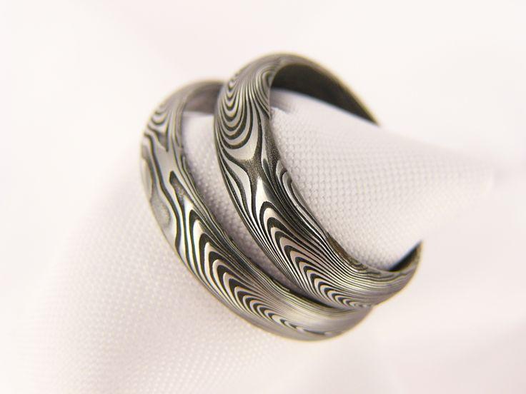 Snubní prsten Faramir z damascénské oceli Dokonalý, do detailu zpracovaný snubní prsten s výrazným a jedinečným vzorováním. Lze vyrobit na zakázku s podobnými parametry, vzor bude opět specifický.