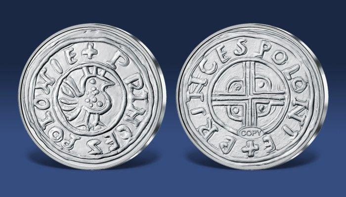 Serię replik najcenniejszych monet w dziejach naszej ojczyzny otwiera Denar Bolesława Chrobrego. Repliki zostały wybite w srebrze – takim samym kruszcu, z którego przed wiekami wykonano pierwowzory.