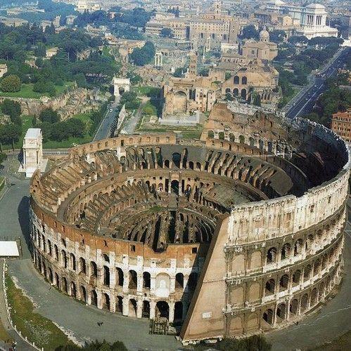 El Coliseo. A la izquierda se aprecia el Arco de Constantino. Más arriba se ve el Arco de Tito y arriba de este, el Foro Romano..