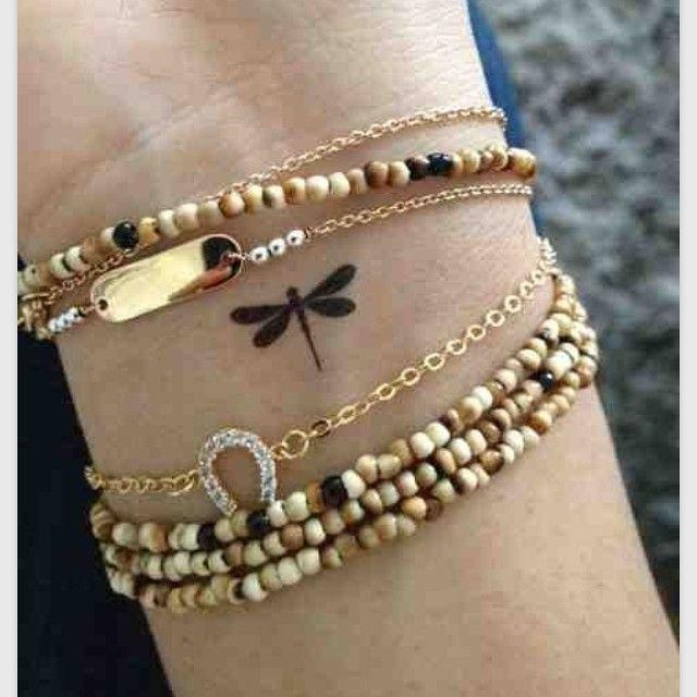 Libelle Als een schepsel van wind staan zij voor veranderen. Als een schepsel van water vertegenwoordigen zij 'een droom'. Andere symbolische betekenis die verband houden met libelle zijn welvaart, kracht, moed, vrede, harmonie en zuiverheid.