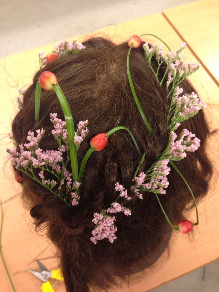 Diverse hårpynt. Kan variere mengden av blomstene, og kanskje legge til noe mer. Kanskje bare velge en sort. Kan legge Lemoneum mer jevnt.