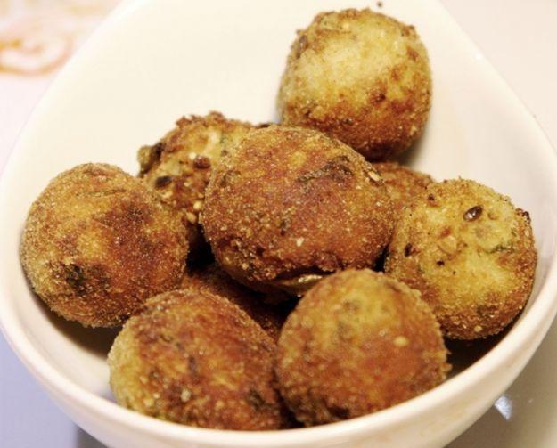 Le polpette di scarola sono una ricetta sfiziosa, originale e leggera ideale per aprire il Cenone di Capodanno.
