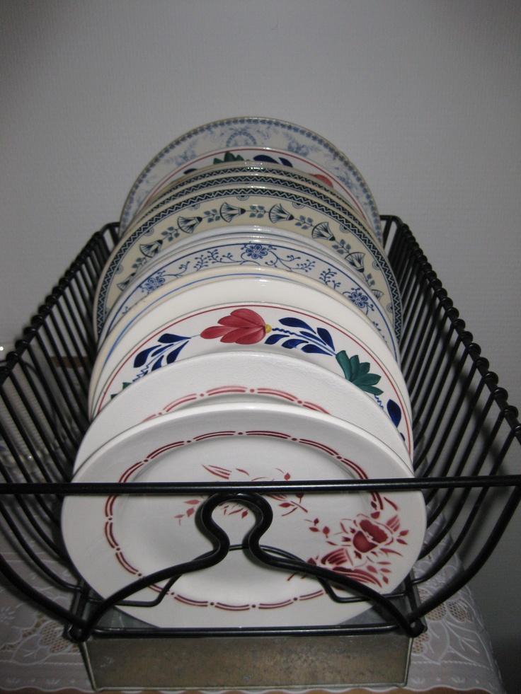 bordenrek met oude brocante borden