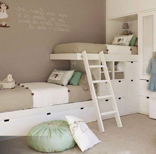 <p>Pour créer une certaine unité dans cette chambre d'enfants, les lits ont été placés le long de deux murs, en perpendiculaire. Disposant d'une tête de lit,...