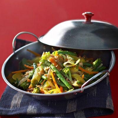 Découvrez la recette Wok de légumes croquants aux cacahuètes sur cuisineactuelle.fr.