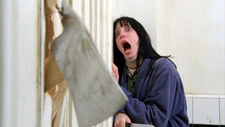 Une femme qui se décompose, une hache plantée dans une porte de salle de bain et les yeux fous de Jack Nicholson : le temps passe, et pourtant Shining continue de hanter notre mémoire. #halloween #scary #shining #horror
