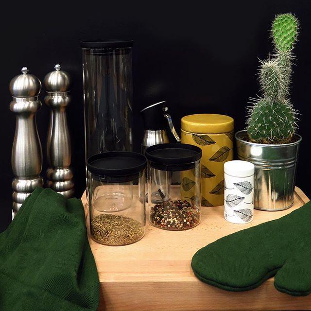 Habitats köksavdelning fylls kontinuerligt på med smarta köksredskap, snygg förvaring och textiler i säsongens färger. Under hösten finns bland annat vår populära textilserie Avignon i en mustig grön och gul färg i alla våra butiker (lagerstatus kan variera). Handduk 3-pack, 125kr. Grillvante, 49kr. #habitatsverige