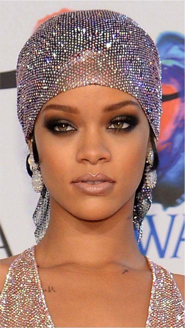 Rihanna (make lindo, look sem comentários! Kkkk)