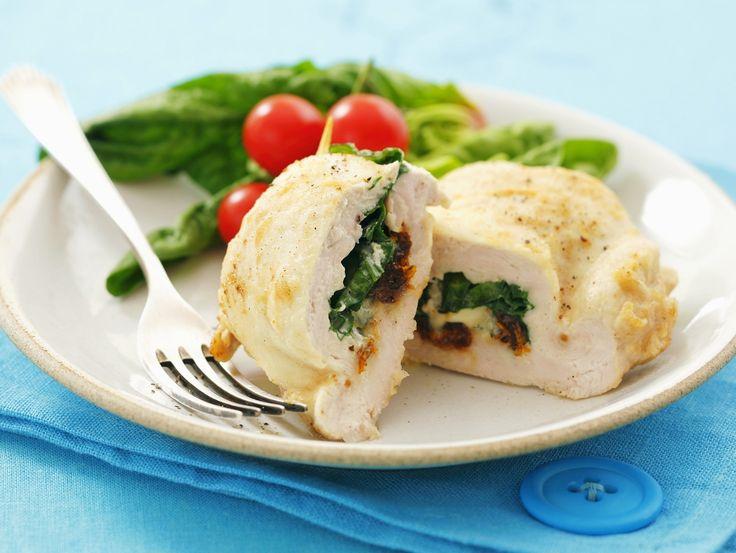 Hähnchenbrust gefüllt mit Spinat, Mozzarella und getrockneten Tomaten   Zeit: 45 Min.   http://eatsmarter.de/rezepte/haehnchenbrust-gefuellt-mit-spinat-mozzarella-und-getrockneten-tomaten