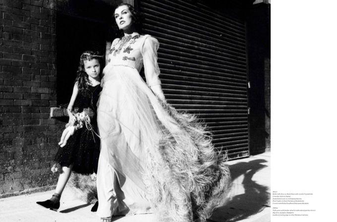Актриса Милла Йовович (Milla Jovovich) появилась на обложке Vs. Magazine вместе со своей дочерью Эвер Габо Йовович-Андерсон (Ever Gabo Jovovich-Anderson). В фотосессии, которую создала Эллен фон Унверт (Ellen Von Unwerth), они превратились в иммигрантов, путешествующих по Нью-йорку во время Великой депрессии в поисках возможностей.