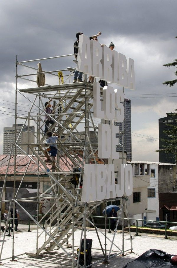 As gentrification threatens to pave the labour identity of La Perseverancia neighbourhood in Bogotà (Colombia), for La Otra Bienal the Spanish Todo por la Praxis proposed an iconic site-specific intervention. It is a three dimensional sign with a slogan borrowed from the working-class movement, an observation tower over the city and a stage for events involving the community.