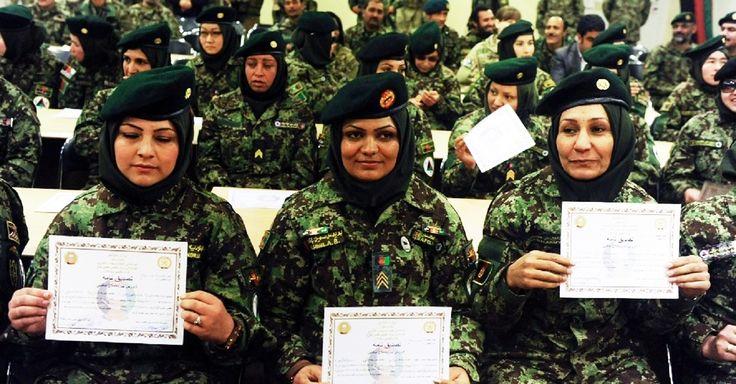 Oficiais do Exército Nacional Afegão mostram seus certificados durante a cerimônia de formatura, em um centro de treinamento em Herat, no Afeganistão Aref Karimi/AFP  http://fotos.noticias.bol.uol.com.br/imagensdodia/2013/01/23/imagens-do-dia---23-de-janeiro-de-2013.htm