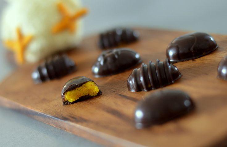 Påsk marsipan ägg -- Oppskrift:  100 gram mandelmel - jeg bruker den fettreduserte, men den vanlige fungerer sikkert også 70 gram sukinmelis 1 god ts sukrin gold - kan sløyfes, men gir en rundere smak 2 eggehviter Gul konditorfarge Sukkerfri mørk sjokolade Evt strøssel (den er ikke sukkerfri) ❌❌❌  Fremgangsmåte:  Bland sammen de tørre ingrediensene i en bolle. Et tips er å blande ut konditorfargen sammen med egghvitene før du tilsetter det oppi det tørre. Da slipper du å tenke på ujevnheter…