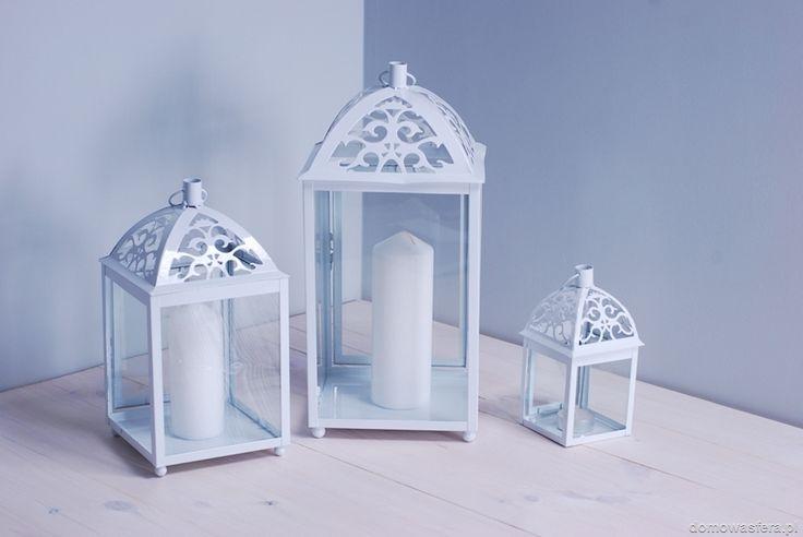 Komplet białych lampionów z ażurową ozdobą daszków. Ścianki świeczników są szklane. Gwarantujemy, że wniosą niepowtarzalny klimat do wnętrza Twojego domu.