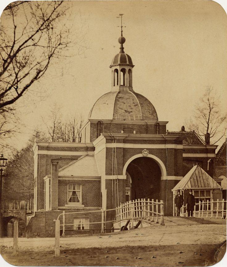 Koepoort (poort bij de brug tussen de huidige Douzastraat en Zoeterwoudse Singel), ca. 1863   Bron: http://commons.wikimedia.org/wiki/File:Goedeljee_Koepoort.jpg