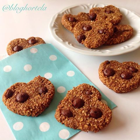 Bom dia com cookies do amor, para apimentar a relação.❤️ A receita é uma adaptação de um biscoito de maca peruana do @frufruta , da talentosa Pati Bianco. Esse snack afrodisíaco e super do bem é mais uma sugestão do Hortelã para o Dia dos Namorados (começamos a postar ontem). Veja só como é fácil fazer: ------------❤️COOKIES DO AMOR❤️ -----------2 bananas maduras amassadas 1 xícara de farelo de aveia da @zonacerealista 2 cols sopa de canela em pó  1 col sopa de gengibr...