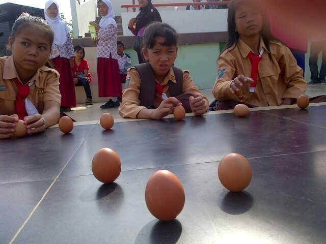 Pontianak Kalimantan Barat adalah salah satu dari sedikit kota yang di lewati garis khatulistiwa, dimana pada hari ini tanggal 23 maret 2014 matahari tepat diatas tugu khatulistiwa atau biasa disebut Kulminasi sebagai bukti kita dapat mendirikan telur #PINdonesia